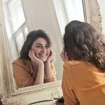 imagen mujer mirandose en un espejo
