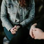 imagen mujer sentada con las manos entrecruzadas