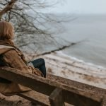 imagen mujer sentada mirando el mar