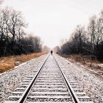 imagen persona caminando encima via del tren